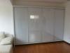 closet-con-puertas-corredizas-en-vidrio-blanco